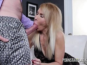 Blonde MILF Erica Lauren gets treated there a fat cock